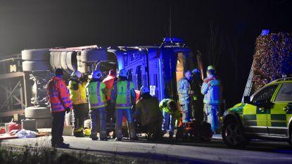Trucker probeert nog uit kantelende vrachtwagen te springen maar raakt zwaargewond