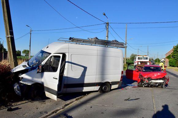 De bestuurder raakte gewond, zijn zoontjes van 1 en 3 jaar waren ongedeerd.