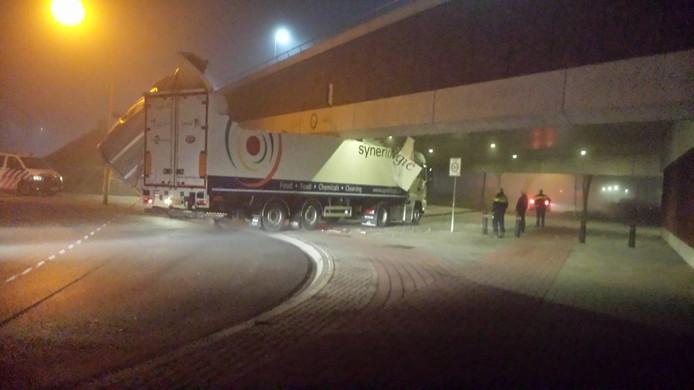 ,,Gewoon een stom ongeluk'', zegt de werkgever van de chauffeur die vanmorgen met zijn vrachtwagen klem kwam te zitten in een tunnel onder stadsbrug De Oversteek.