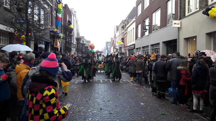 Drukte op de Steenweg in Helmond tijdens de carnavalsoptocht.