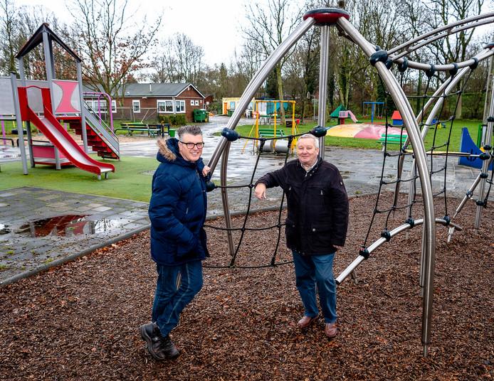Voorzitter Jan Verschuren (58) van Speeltuinvereniging Wielewaal (links) en de 73-jarige Wil de Ben van de Bewonersorganisatie Wielewaal in de speeltuin die zo snel mogelijk dicht zou moeten van de gemeente Rotterdam.