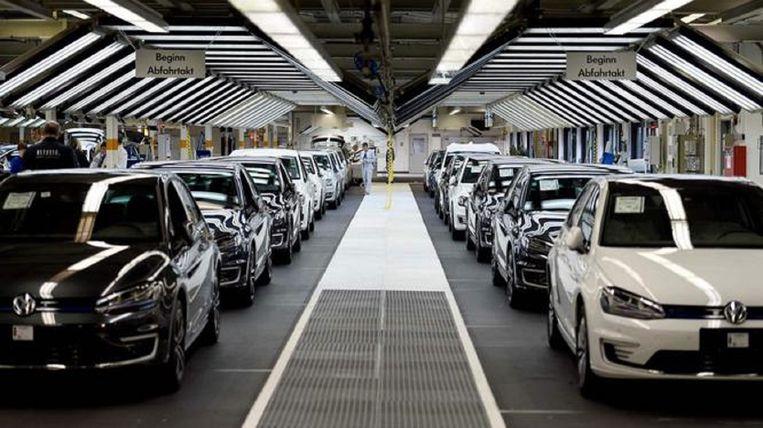 Nieuwe auto's op de assemblagelijn van een Volkswagen-fabriek in Wolfsburg, Duitsland. Beeld AFP