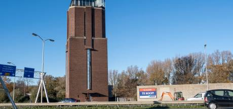 Watertoren kopen? Die in Oost-Souburg staat te koop voor drie miljoen. En je krijgt er een bijzonder woonhuis bij