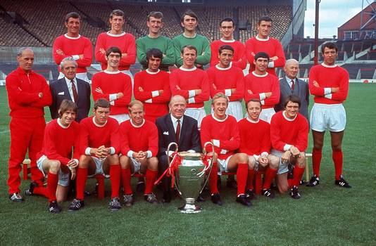 Manchester United in 1968 met spelers als George Best, Bobby Charlton, Nobby Stiles en Dennis Law en manager Matt Busby na het winnen van de Europa Cup I op Wembley in de finale tegen Benfica. Stiles zit op de onderste rij, als tweede van rechts.