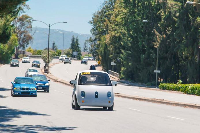 Een zelfrijdende auto van Google op de openbare weg in Mountain View in de VS. Het bedrijf werkt sinds 2015 samen met Fiat Chrysler.