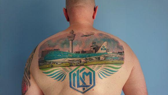 KLM-onderhoudsmonteur Dirco Wit liet een grote tatoeage zetten ter ere van het 100-jarig bestaan van KLM.