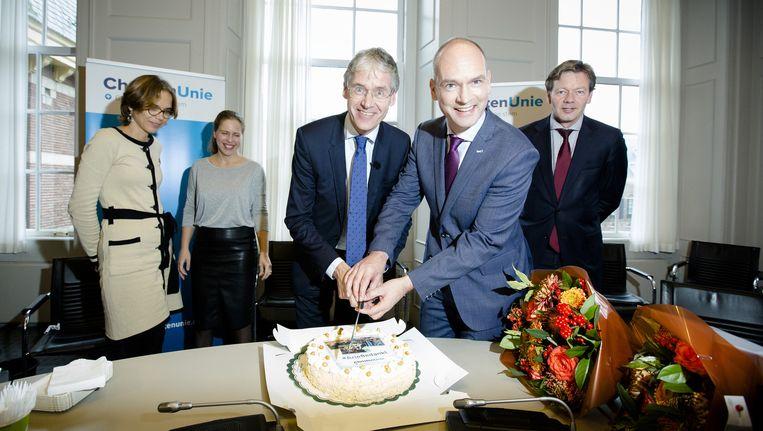 Arie Slob (l) en Gert-Jan Segers (r) snijden taart aan na afloop van de fractievergadering van de ChristenUnie. Beeld anp