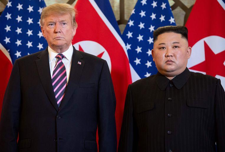 Donald Trump en Kim Jong-un poseren tijdens hun ontmoeting in Hanoi. Beeld AFP