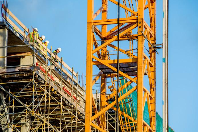 rotterdam - nieuwbouw in de wijk katendrecht bouwvakkers woningen hijskraan  ROBIN UTRECHT
