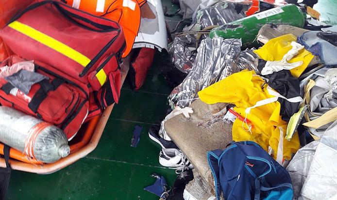 Bagage van de passagiers van vlucht JT610 die uit het water van de Javazee is gevist