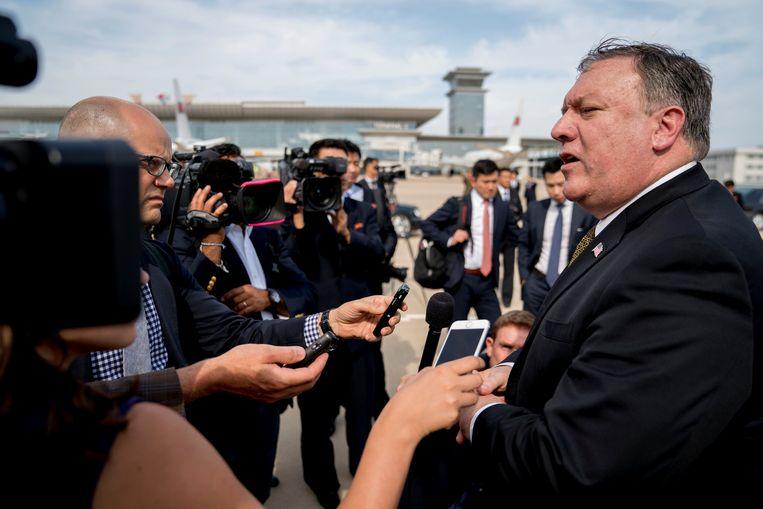 Pompeo staat de pers te woord bij zijn vertrek uit Noord-Korea.