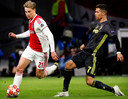 Frenkie de Jong (l) in duel met Ronaldo.