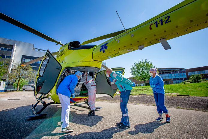 Een coronapatiënt wordt met de Lifeliner 5 van ziekenhuis Rivierenland in Tiel naar het UMGC in Groningen gebracht.