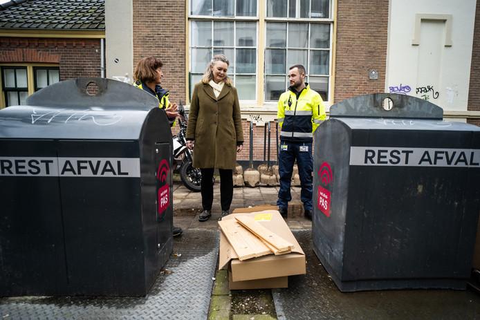 Wethouder Cathelijne Bouwkamp (midden) maakt met de schonebuurtcoaches een rondje door het Spijkerkwartier.