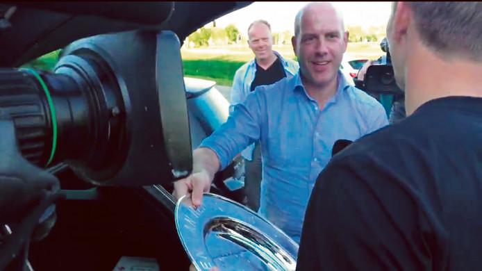 Gijs de Jong reikte in 2016 de kampioensschaal voor PSV uit aan Luuk de Jong, op een parkeerplaats in Ravenstein.