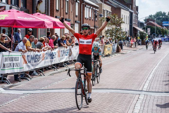 Oude tijden herleven, zoals in 2017 toen Jos Koop net voor Adne van Engelen de wielerronde van Hoogheide won bij de elite/beloften.