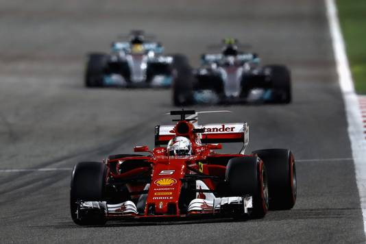 Sebastian Vettel voor Valtteri Bottas en Lewis Hamilton in Bahrein