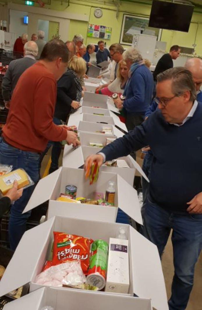De 400 pakketten worden klaargemaakt, met dank aan alle giften die Uden deed.