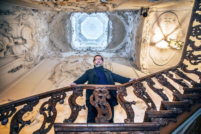 Directeur Almar Seinen in misschien wel het mooiste trappenhuis van heel Den Haag.