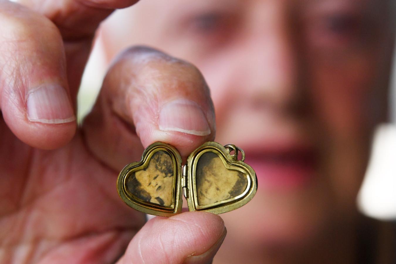 Jeanne van Bragt was 7 jaar toen een handgranaat een einde maakte aan het leven van haar broertjes Ad (9) en Henk (4). Hun portretten koestert ze nog altijd in een medaillon