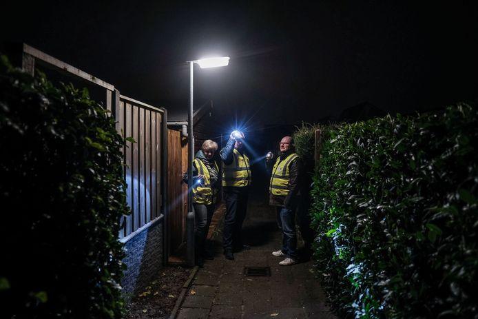 Leden van het buurtpreventieteam van de Duivense wijk Lommerweide checken een stille gang. Foto: Jan Ruland van den Brink
