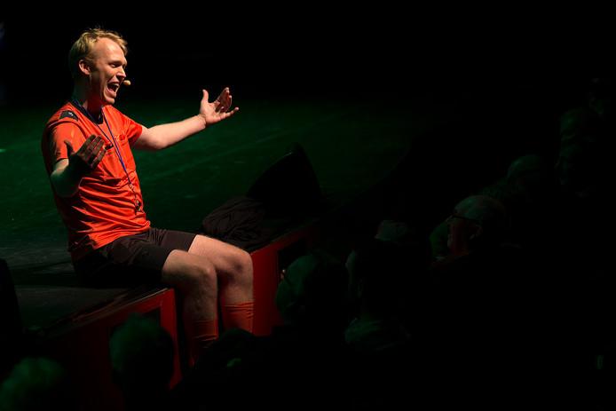 Sjoerd Weikamp, zittend op het podium van Amphion vertellend over de voormalige Graafschap-spits Kostas Dedeletakis.