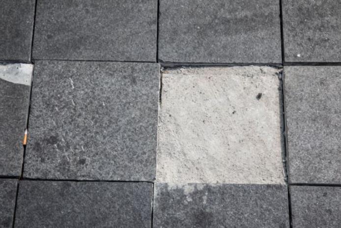 Door wie de tegels zijn verwijderd, is niet bekend.