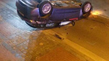 Bestuurder onder invloed van alcohol en drugs rijdt twee geparkeerde wagens aan en gaat over de kop