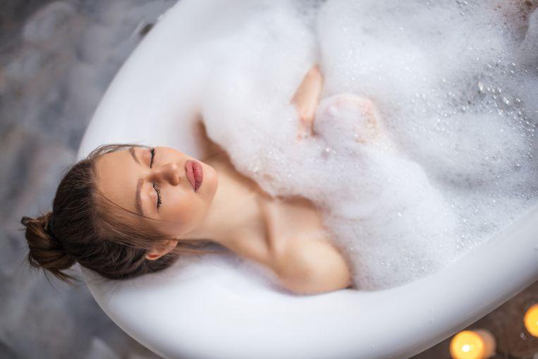 Een warm bad nemen zou helpen om beter te slapen.
