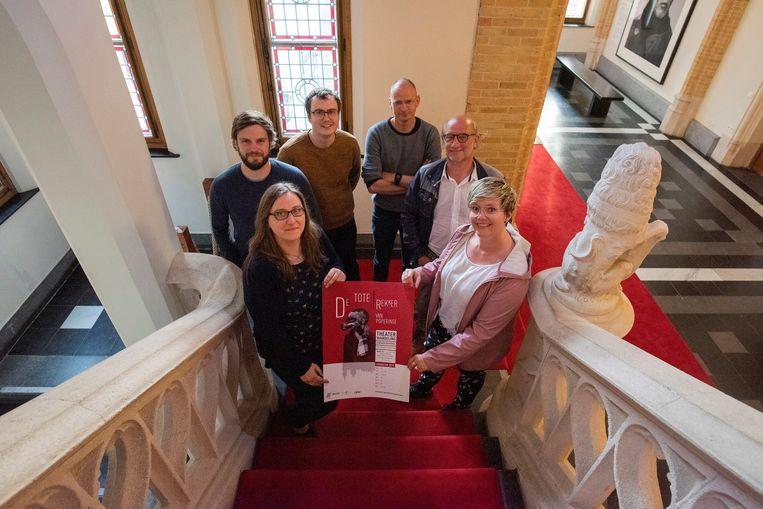 Schepen Loes Vandromme en de werkgroep met Matthias Breyne, Dries Vanrobaeys, Chris Vandenberghe en Wim Chielens en cultuurfunctionaris Jessy Clynckemaillie.