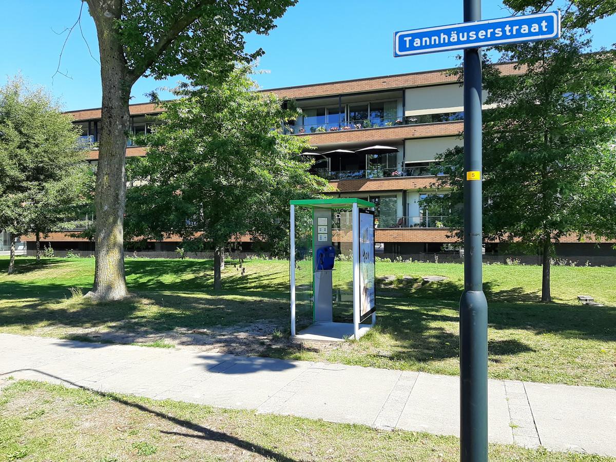"""De telefooncel aan de Tannhaüserstraat. ,,Ik heb er al tien jaar niemand meer in zien bellen"""", zegt overbuurvrouw Joke Westerink."""