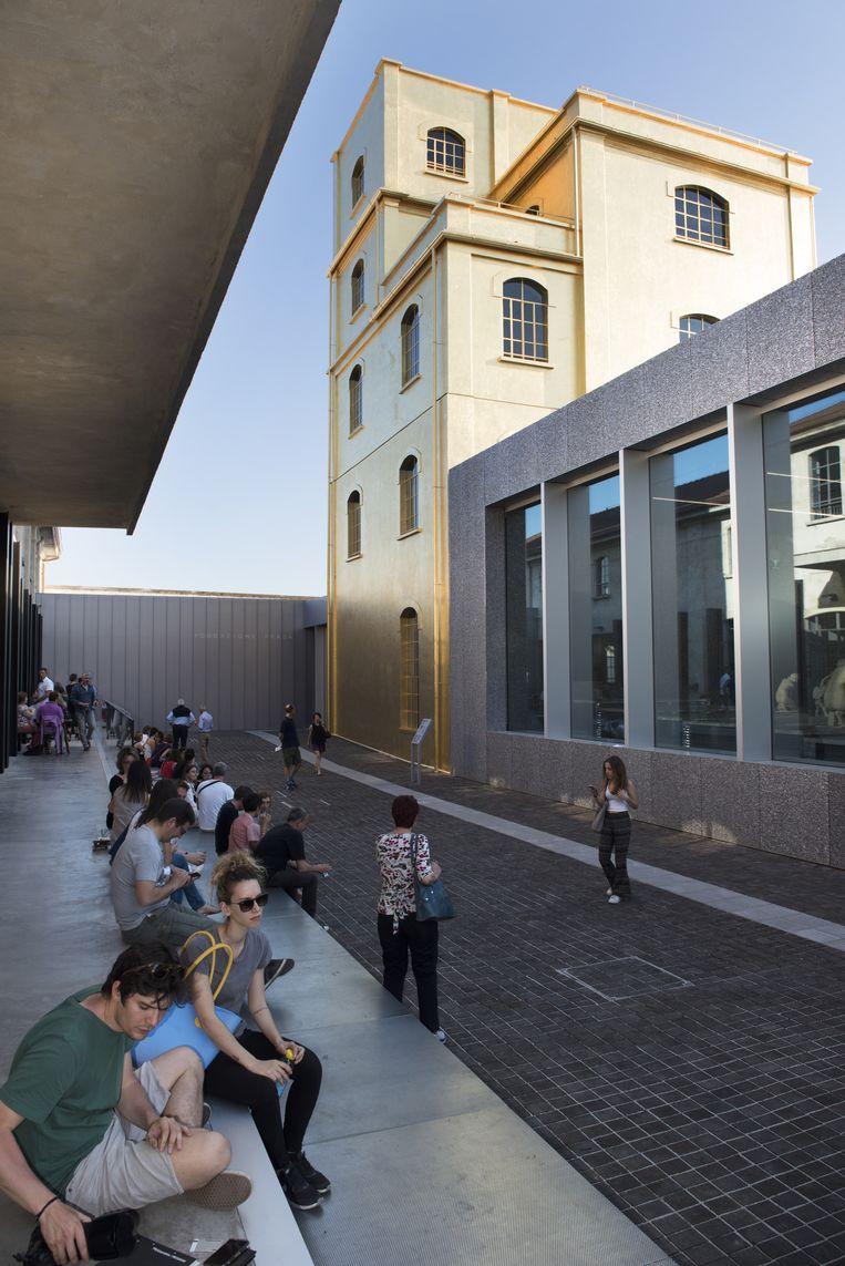 Museum: Fondazione Prada, Milaan. 'Met dit museum heeft Rem Koolhaas juist de kracht van de bestaande architectuur benut.' Beeld Els Zweerink