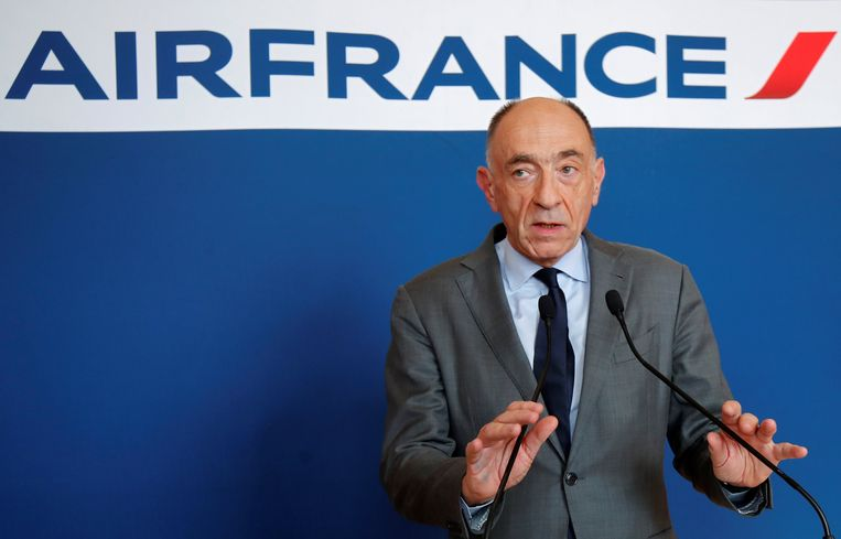 Om half zeven 's avonds spreekt Jean-Marc Janaillac de pers toe. Beeld Reuters