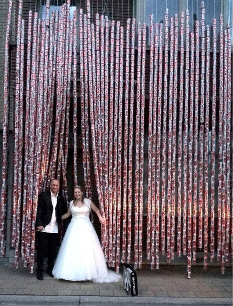 Harry Martens was ook altijd in voor een goeie grap. Bij een huwelijk in 2015 hing hij samen met vrienden maar liefst 2.600 blikjes Jupiler, verwerkt in lange slingers, aan de huisgevel van het pasgetrouwde koppel in de Nieuwkerkenstraat.