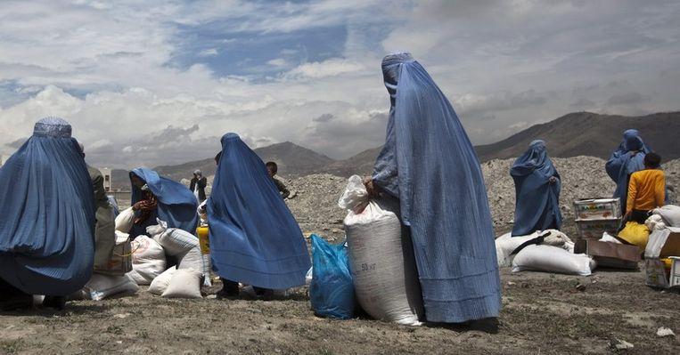 Afghaanse vrouwen met voedselpaketten.