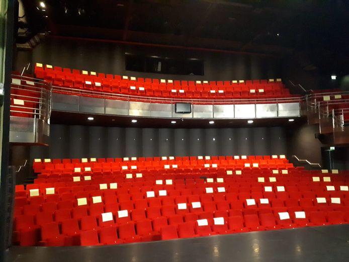 Zo ziet theater eruit in een anderhalve meter-samenleving. Alleen voor de stoelen met een wit vel op de rugleuning mogen kaartjes worden verkocht.