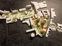 Maquette droomplannen voor de stad: Koopvaardijstraat met water, het Koningsplein met woontorens en bovenin het nieuwe Stadskwartier als één groot plein waar de auto te gast is.