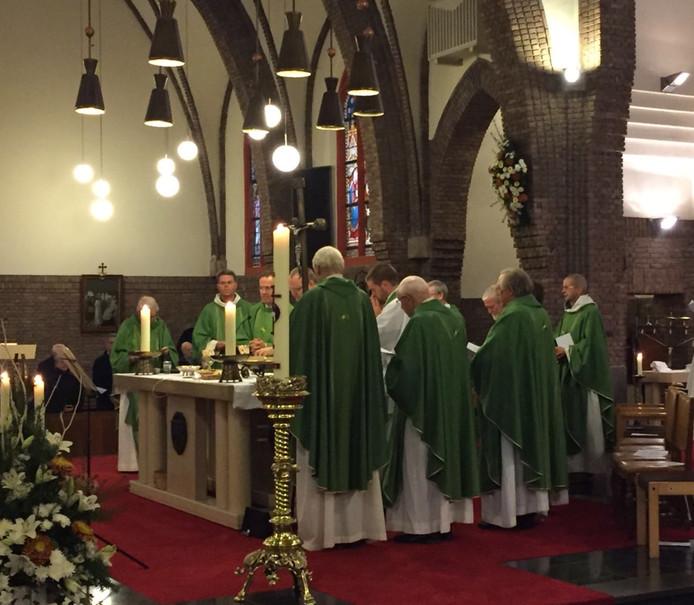 Veel Katholieke geestelijken waren aanwezig bij de uitvaartdienst