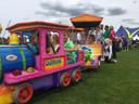 Kinderen konden op het springkussen, geschminkt worden of in een treintje tijdens de familiemiddag van het Moers Pinksterweekend in De Moer