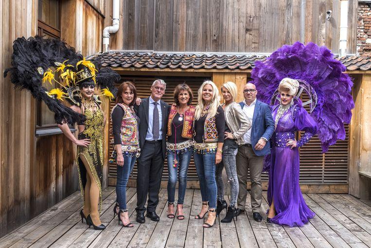 Discotheekuitbater Ludo Smits (derde van links) met Kate Ryan, de meiden van Luv en enkele dragqueens.