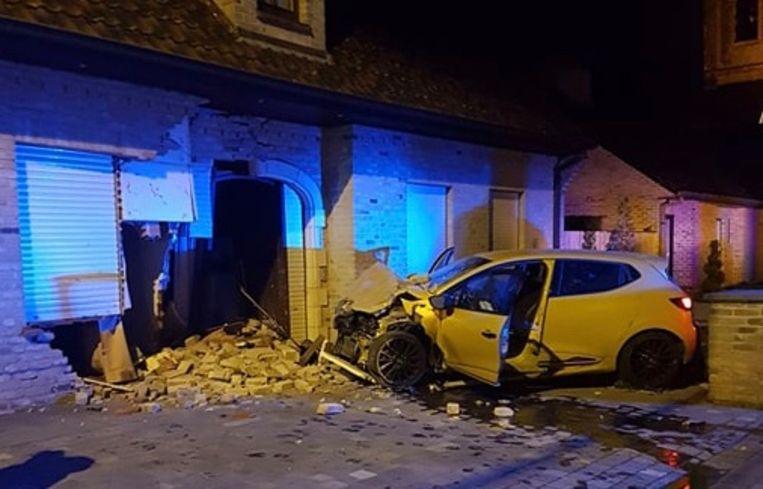 Op 20 december knalde een Renault Clio RS in de gevel van de woning op het kruispunt van de Menenstraat met de Wevelgemstraat in Ledegem.