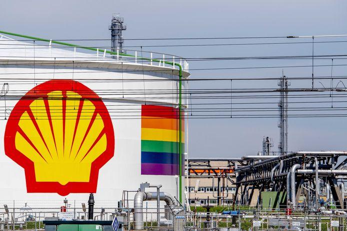 Beelden van Shell Pernis, de grootste raffinaderij van Europa.