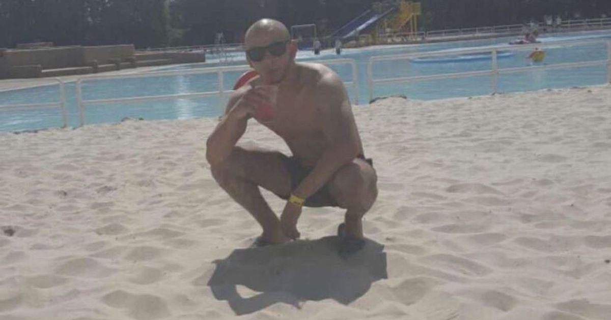 Après avoir quitté la Belgique et donc mis le cap pour la Thaïlande, le fugitif prétend cette fois se trouver en Amérique du Sud, sans plus de précision. Une photo diffusée par son entourage sur les réseaux sociaux montre le gaillard en train de siroter un cocktail, accroupi sur le sable sous un soleil de plomb.