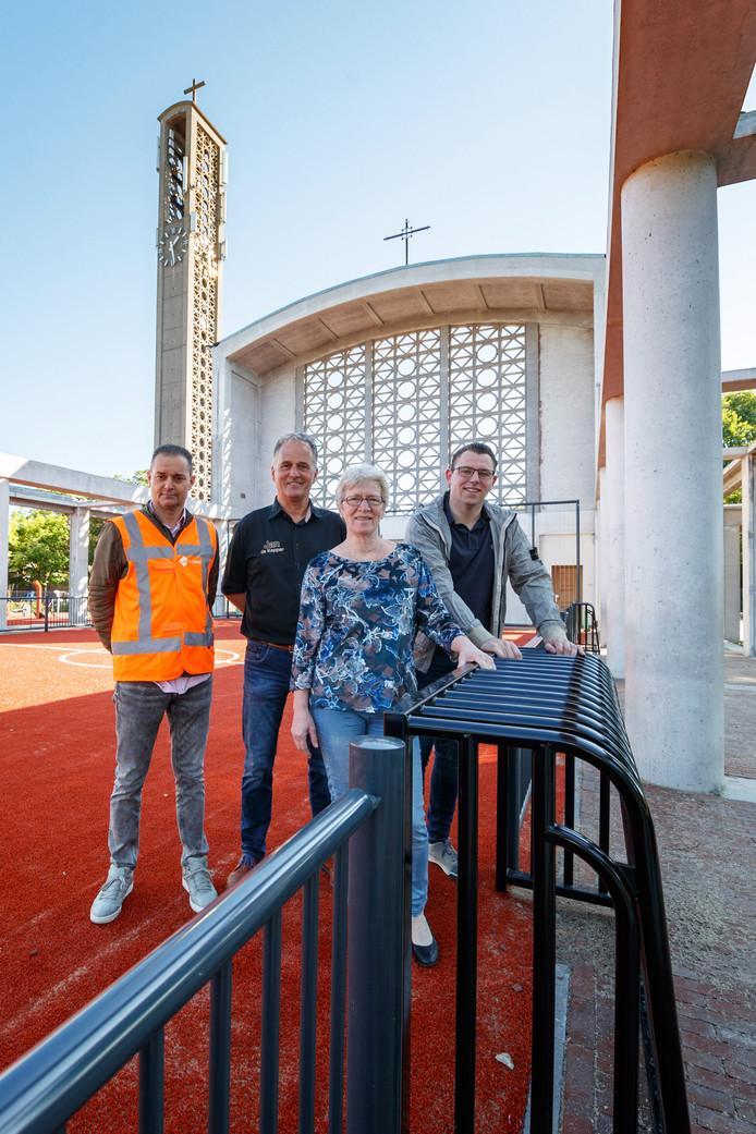 Blijdschap bij Dennis van de Luijtgaarden (firma De Krom) en bewoners Jan Eestermans, Nel van Meel en Pascal van Valen. Het nieuwe dorpshart is zo goed als klaar en wordt op zaterdag 29 juni geopend.