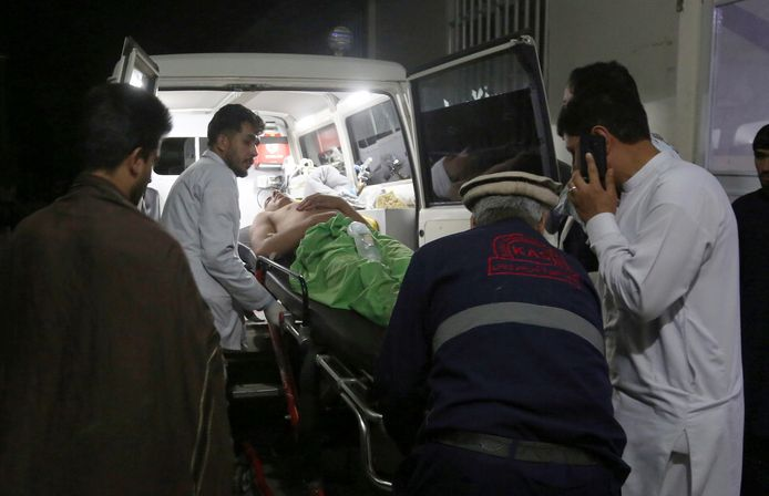 Hulpverleners tillen een van de gewonden in een ambulance.