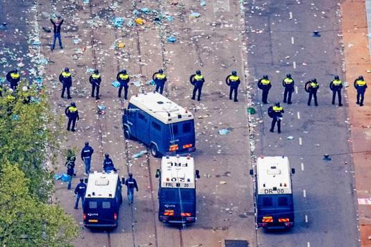 De mobiele eenheid in actie op de Coolsingel na de verloren kampioenswedstrijd tegen Excelsior.
