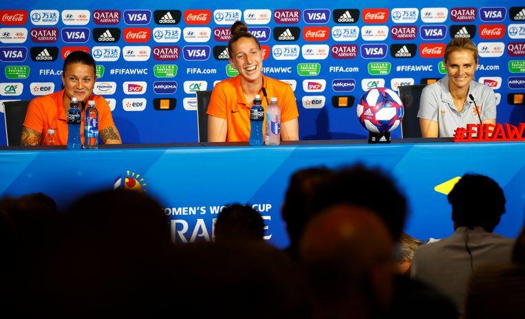 Oranje-speelsters Sherida Spitse (links) en Sari van Veenendaal (midden) met bondscoach Sarina Wiegman (rechts) tijdens de laatste persconferentie voor de finale van zondag tegen de Verenigde Staten. Beeld EPA