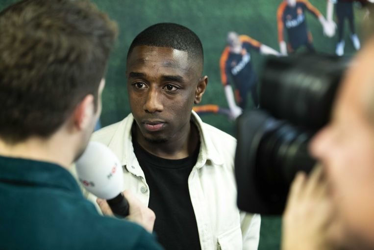 Ahmad Mendes Moreira tijdens een toelichting over het gesprek tussen politiek en KNVB dat eind november plaatsvond om racisme in het Nederlandse voetbal tegen te gaan.  Beeld ANP
