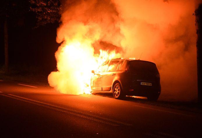 De auto was niet meer te redden op de Hummeloseweg.