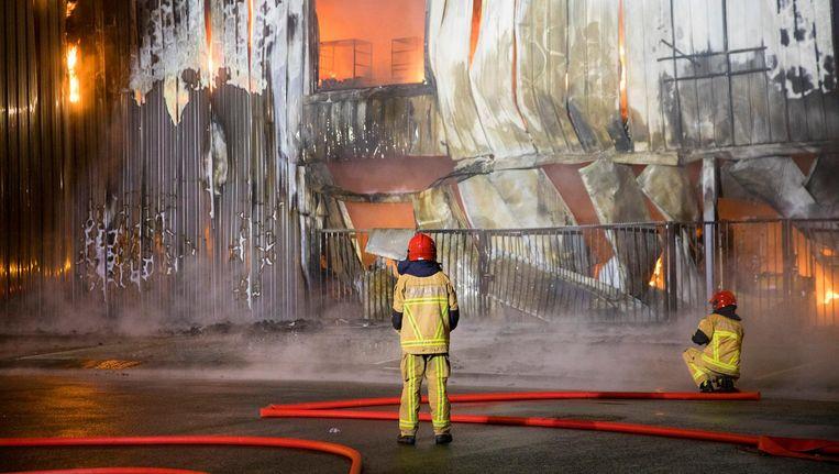 De brand was rond 04.45 uur 's ochtends onder controle Beeld Michel van Bergen